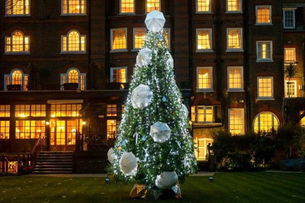 Umbrella-tree-in-Goring-hotel-at-London
