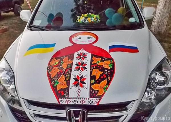 Измаильчанин украсил капот огромной матрешкой и российским флагом (фотофакт)
