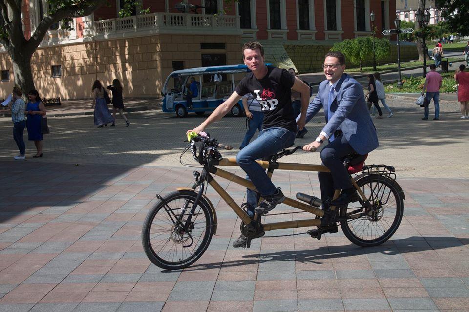 1344225-1 В Одессу приехал бамбуковый велосипед-тандем из Европы