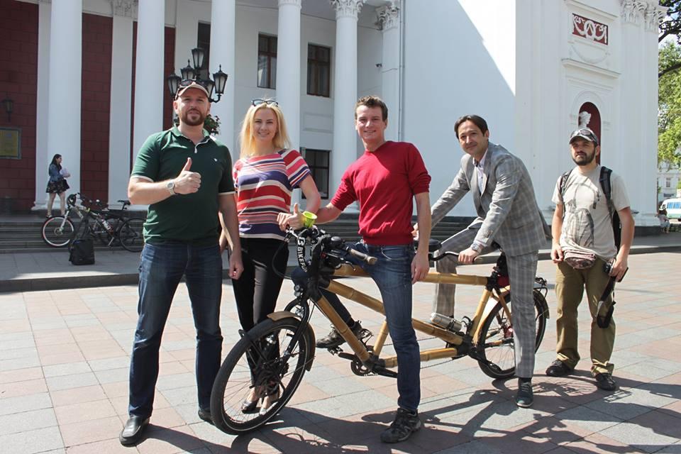1344225-2 В Одессу приехал бамбуковый велосипед-тандем из Европы