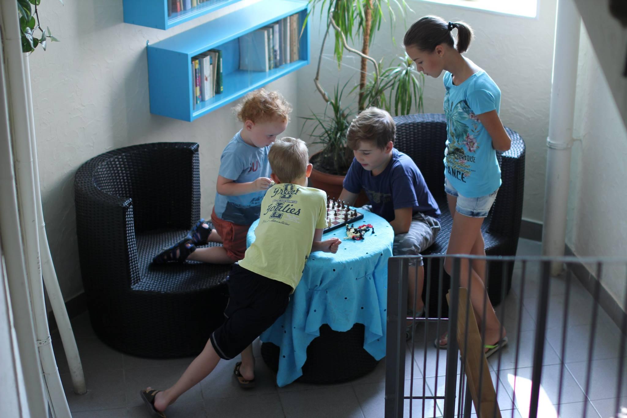 Одесситка создала библиотеку в своей парадной