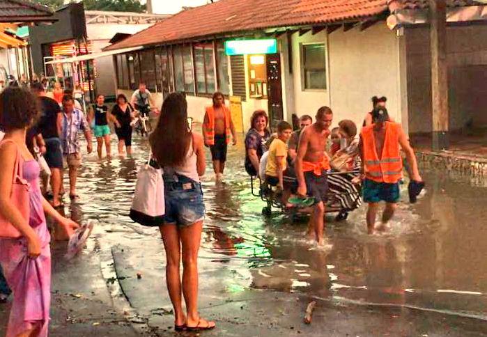 a_47618218.png Потоп в Одессе: детей вывозили на грузовой тележке