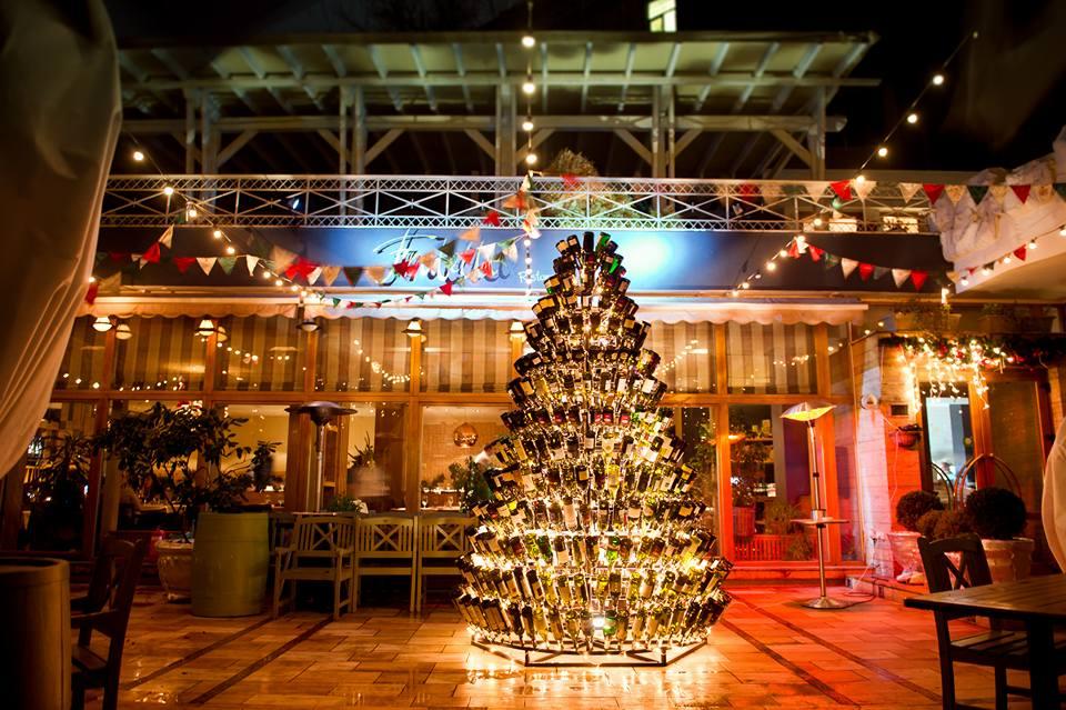 15350725-2 В Одессе создали рекордную елку из бутылок
