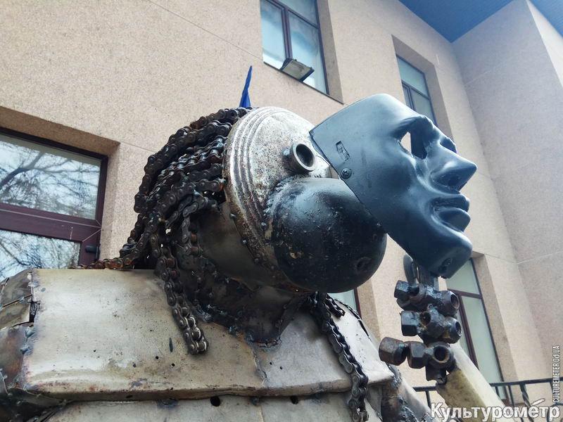 cb93e4bb В Одессе обнаружена новая скульптура из металлолома. Это большая обезьяна в  человеческий рост, которая прикрывает свою морду маской, ...